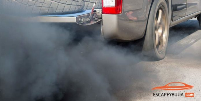 porque sale humo negro del coche