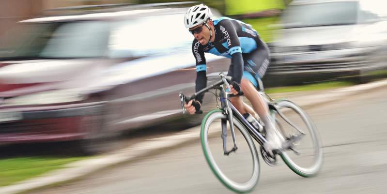 se puede adelantar a un ciclista en raya continua