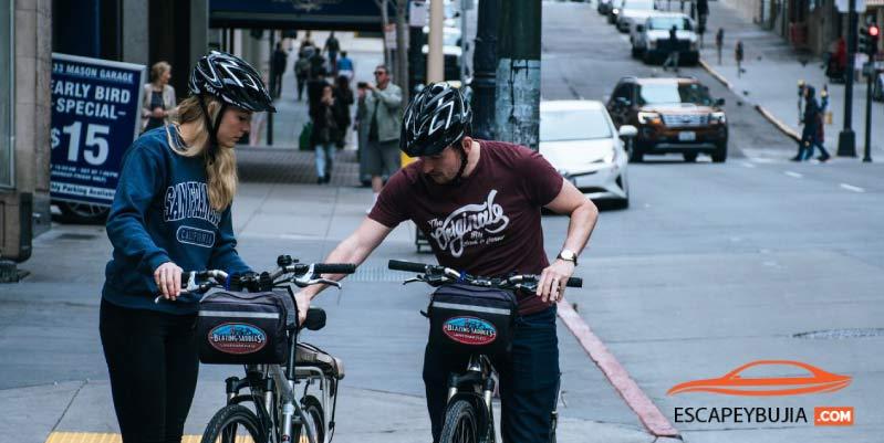 al adelantar al ciclista que aparece en la fotografia